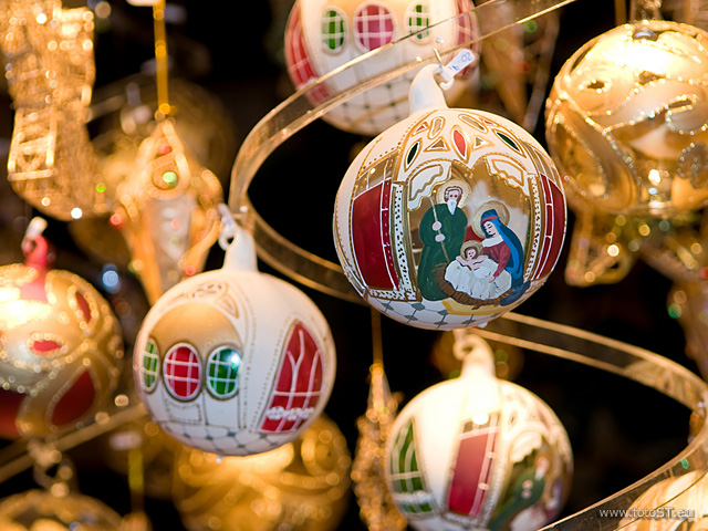 Weihnachtskugeln mit Krippe